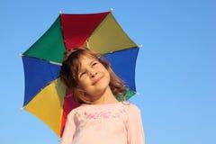 Muchacha con el paraguas multicolor del arco iris Imagenes de archivo