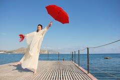 Muchacha con el paraguas rojo foto de archivo libre de regalías