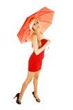 Muchacha con el paraguas rojo. Foto de archivo libre de regalías