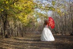 Muchacha con el paraguas rojo Imagen de archivo libre de regalías