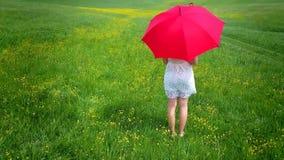 Muchacha con el paraguas rojo metrajes