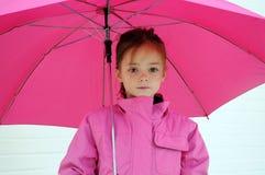 Muchacha con el paraguas rosado imagenes de archivo