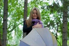 Muchacha con el paraguas y la bufanda Imagen de archivo libre de regalías