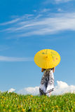 Muchacha con el parasol en la mirada del prado Foto de archivo