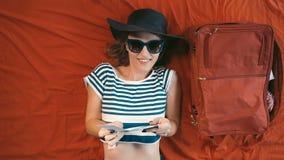 Muchacha con el pasaporte y boleto en cama almacen de metraje de vídeo