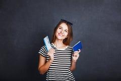 Muchacha con el pasaporte y el boleto plano fotografía de archivo