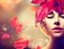 Muchacha con el peinado colorido de las hojas de otoño Fotografía de archivo libre de regalías