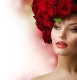Muchacha con el peinado rojo de las rosas Imagenes de archivo