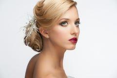 Muchacha con el peinado y el maquillaje Foto de archivo libre de regalías