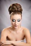 Muchacha con el peinado y el maquillaje Fotografía de archivo