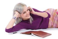 Muchacha con el pelo blanqueado en un teléfono celular Foto de archivo