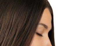 Muchacha con el pelo brillante y los ojos cerrados Imagen de archivo