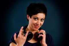Muchacha con el pelo corto con los auriculares Fotos de archivo