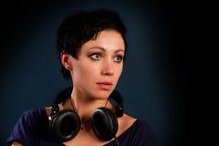 Muchacha con el pelo corto con los auriculares Imagenes de archivo