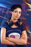 Muchacha con el pelo corto con los auriculares Foto de archivo libre de regalías