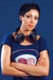Muchacha con el pelo corto con los auriculares Fotografía de archivo libre de regalías