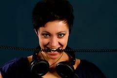 Muchacha con el pelo corto con los auriculares Fotos de archivo libres de regalías