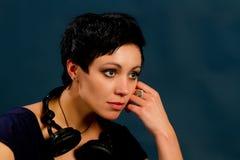 Muchacha con el pelo corto con los auriculares Imágenes de archivo libres de regalías