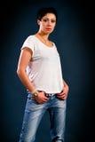 Muchacha con el pelo corto que lleva una camiseta blanca Fotos de archivo libres de regalías