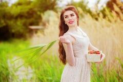 Muchacha con el pelo largo en agua en verano con las fresas Fotos de archivo libres de regalías