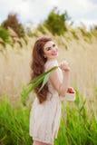 Muchacha con el pelo largo en agua en verano con las fresas Foto de archivo libre de regalías