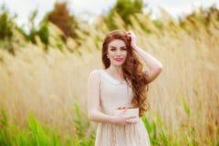 Muchacha con el pelo largo en agua en verano con las fresas Foto de archivo
