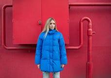 Muchacha con el pelo largo en una chaqueta azul Imagen de archivo libre de regalías