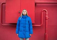 Muchacha con el pelo largo en una chaqueta azul Imágenes de archivo libres de regalías