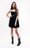 Muchacha con el pelo largo en vestido negro Foto de archivo