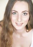 Muchacha con el pelo largo y los ojos verdes Foto de archivo libre de regalías