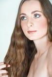 Muchacha con el pelo largo y los ojos verdes Foto de archivo