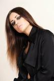Muchacha con el pelo marrón largo de la belleza - presentando en el estudio Fotos de archivo