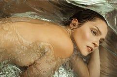 Muchacha con el pelo mojado en un cuarto de baño foto de archivo libre de regalías