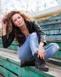 Muchacha con el pelo ondulado en la calle Imagen de archivo libre de regalías