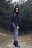 Muchacha con el pelo oscuro en el bosque Foto de archivo