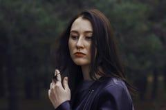 Muchacha con el pelo oscuro en el bosque Imagenes de archivo