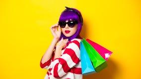 Muchacha con el pelo púrpura que sostiene los panieres Foto de archivo