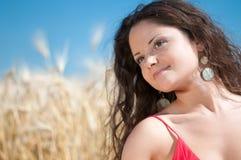 Muchacha con el pelo perfecto que presenta en campo. Comida campestre. Fotografía de archivo