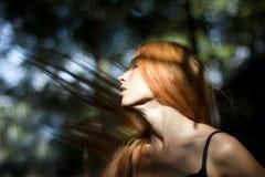Muchacha con el pelo que se convierte Imagen de archivo