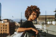 Muchacha con el pelo rizado en un tejado del LA foto de archivo