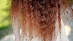 Muchacha con el pelo rizado rojo natural Una belleza natural Un poco viento riza su pelo metrajes