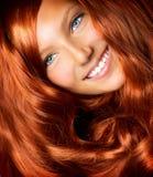 Muchacha con el pelo rojo largo Foto de archivo libre de regalías