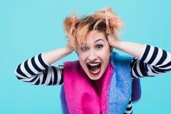 Muchacha con el pelo rojo que lleva a cabo su grito principal Tensión e histérico Emociones negativas Tiro del estudio fotos de archivo libres de regalías