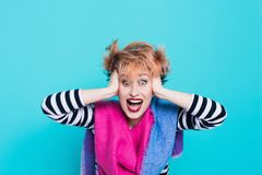 Muchacha con el pelo rojo que lleva a cabo su grito principal Tensión e histérico Emociones negativas Tiro del estudio imagen de archivo libre de regalías