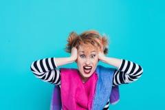Muchacha con el pelo rojo que lleva a cabo su grito principal Tensión e histérico Emociones negativas Tiro del estudio fotografía de archivo libre de regalías
