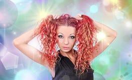 Muchacha con el pelo rojo-rosado Fotos de archivo libres de regalías
