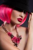 Muchacha con el pelo rosado imagenes de archivo