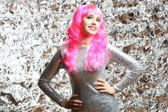 Muchacha con el pelo rosado en un vestido de plata Fotos de archivo libres de regalías