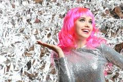 Muchacha con el pelo rosado en un vestido de plata Foto de archivo libre de regalías