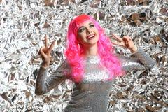 Muchacha con el pelo rosado en un vestido de plata Imágenes de archivo libres de regalías